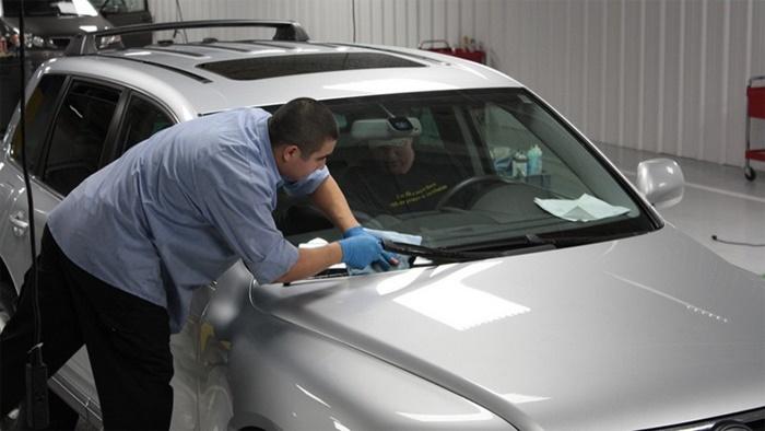 Cách bảo quản kính chắn gió cho xe ô tô